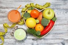 förlora tid att weight Frukt, grönsaken på den trähjärtaShape asken och ringklockan på tabellen, bantar och konditionbegreppet Royaltyfria Foton