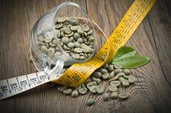 Förlora vikt vid grönt kaffe royaltyfri fotografi