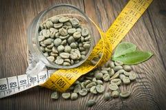Förlora vikt vid grönt kaffe fotografering för bildbyråer