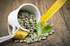 Förlora vikt vid grönt kaffe royaltyfria bilder