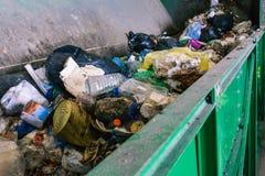 Förlorad behållare på den sortera linjen av en återvinningsanläggning Processen av att avskilja avskräde i en behållare packar royaltyfri bild