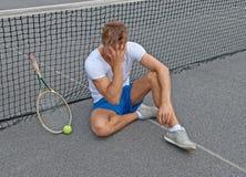 Förlorad lek. Besviken tennisspelare. Arkivbild