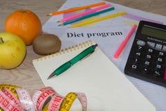 Förlorande vikt med hjälpen av en frukt bantar Låg-kalorin frukt bantar frukter som mäter bandet Arkivbild