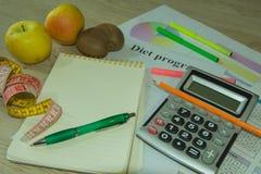 Förlorande vikt med hjälpen av en frukt bantar Låg-kalorin frukt bantar frukter som mäter bandet Royaltyfria Foton