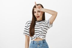 Förlorare och icke-favorit bör bli hem- Stående av den populära attraktiva kvinnliga studenten i den randiga t-skjortan som rymme Royaltyfria Foton