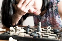 Förlorarekvinnorna som är ledsna, når de har slagits schacket som begås, konkurrens, vinnaren som är lyckad, ägnar begrepp arkivfoton