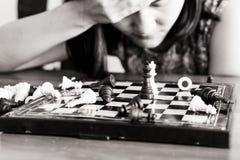 Förlorarekvinnorna som är ledsna, når de har slagits schacket som begås, konkurrens, vinnaren som är lyckad, ägnar begreppet - de fotografering för bildbyråer