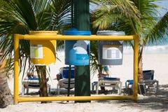 Förlorat avskiljande med tre trashcans på stranden Royaltyfria Foton