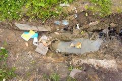 Förlorat ligga på jordningen bredvid pölen Smutsbruntsänkan Arkivbilder