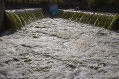Förlorat vatten från de förorena vikterna för kraftverk som skriver in den naturliga floden arkivfoton