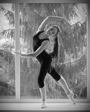 Förlovad konst för flicka som är gymnastisk på fönster arkivbilder
