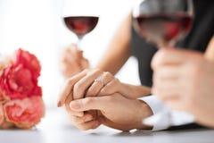 Förlovade par med vinexponeringsglas fotografering för bildbyråer