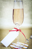 Förlovningsring i Champagne med etiketten Royaltyfri Fotografi