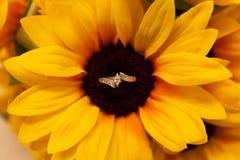 Förlovningsring i mitt av en solros Royaltyfria Bilder