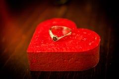 Förlovningsring på en röd hjärta Royaltyfria Foton