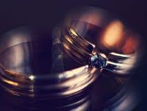 Förlovningsringar i mjuk fokus Arkivfoto
