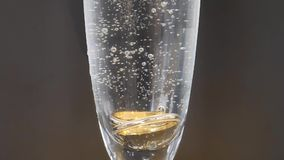 Förlovningsringnedgång i champagne långsam rörelse lager videofilmer