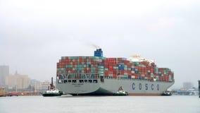 FÖRMÖGENHET för lastfartyg som COSCO skriver in porten av Oakland Arkivbild
