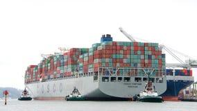 FÖRMÖGENHET för lastfartyg som COSCO skriver in porten av Oakland Arkivfoton