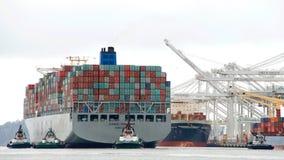 FÖRMÖGENHET för lastfartyg som COSCO skriver in porten av Oakland Royaltyfria Foton