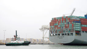 FÖRMÖGENHET för lastfartyg som COSCO skriver in porten av Oakland fotografering för bildbyråer