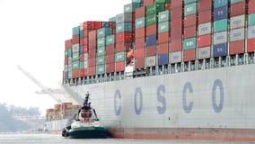 FÖRMÖGENHET för lastfartyg som COSCO skriver in porten av Oakland Royaltyfria Bilder