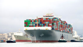 FÖRMÖGENHET för lastfartyg som COSCO skriver in porten av Oakland Arkivbilder