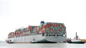 FÖRMÖGENHET för lastfartyg som COSCO skriver in porten av Oakland Royaltyfri Fotografi