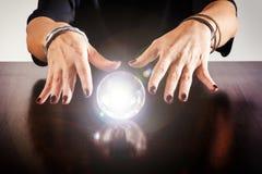Förmögenhetkassör eller spåman med en kristallkula royaltyfri fotografi