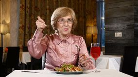 Förmögna gamla år Lyckligt avgångbegrepp Hög kvinna i hennes 70-tal som äter ut i en restaurang Åldriga kvinnliga kvinnashower lager videofilmer