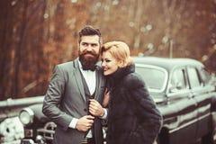 Förmögna par på en klassisk retro bil fotografering för bildbyråer