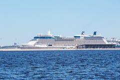 Förmörkelse för kändis för kryssningskepp på en kaj av den maritima passagerareporten Marine Facade, St Petersburg Arkivbilder