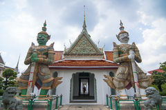 Förmyndare för två jätte på Wat Arun Royaltyfri Fotografi
