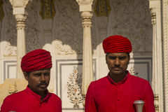 Förmyndare på Jaipur stadsslotten Royaltyfri Fotografi