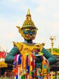 Förmyndaredemonstaty på den thai buddismtemplet Royaltyfri Bild