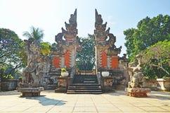 Förmyndaregudar framme av Kori Agung (Balineseporten) arkivfoto