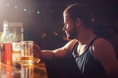 Förnyande öl som ska drickas just nu Alkoholböjelse och oskick Mansupare i bar Stiligt mandrinköl på stången arkivfoton