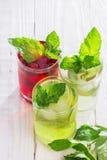Förnyande drinkar och olika nya frukter och bär Arkivfoton