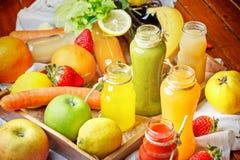 Förnyande drinkar - sunda drinkar (fruktsaft och smoothien) Arkivbilder