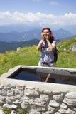 Förnyande höjdpunkt för kvinnatrekker i bergen arkivbild