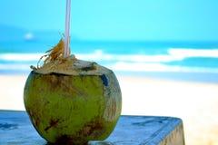 Förnyande kokosnötdrink på tabellen arkivfoton