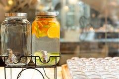 Förnyande sommarförkylningfrukt ingav detoxvatten med apelsinen och limefrukt arkivfoton