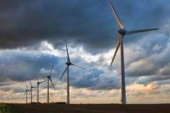 Förnybar energi lindar driver Windmillturbiner Arkivfoton