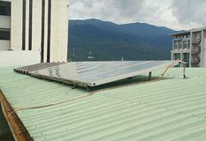 förnybar energi Sol- energi white för sun för panel för energi hand isolerad sol- fotografering för bildbyråer
