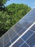 Förnybara energikällor - photovoltaic celler - solpaneler för hemmabruk arkivbild