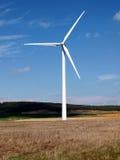 Förnybara energikällor står högt i brigh och blå himmel Arkivbild