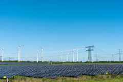 Förnybara energikällorväxter och strömförsörjninglinjer Arkivbilder