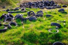Förorenad miljö med gamla använda bildäck Arkivfoton