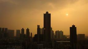 Förorenad stad med skyskrapor i smogen royaltyfria bilder