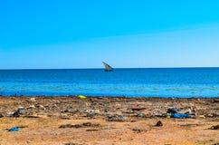förorenad strand Arkivfoto